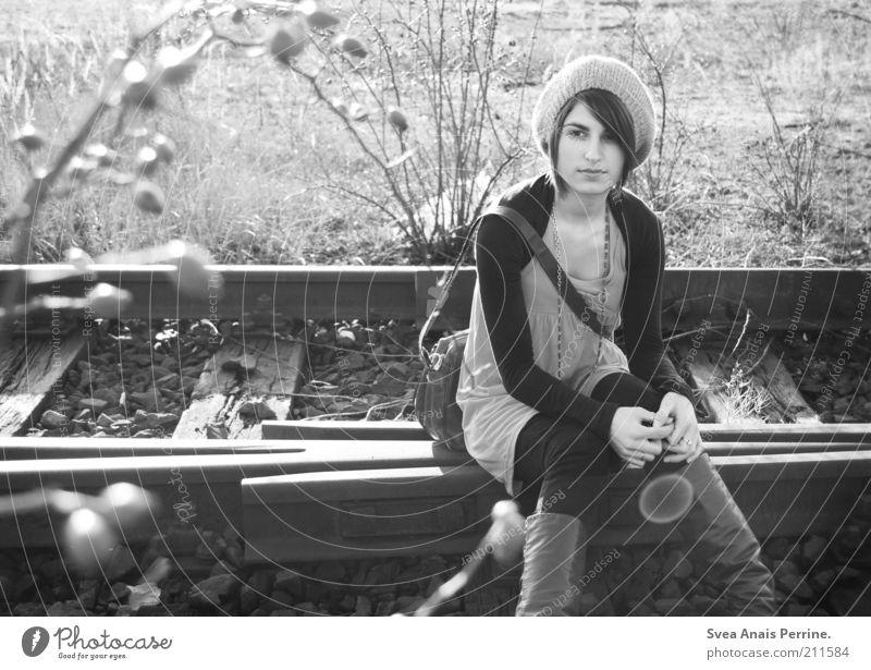 kein wort. (270) elegant Stil feminin Junge Frau Jugendliche 1 Mensch 18-30 Jahre Erwachsene Schönes Wetter Pflanze Mode Accessoire Stiefel Mütze Blühend Denken