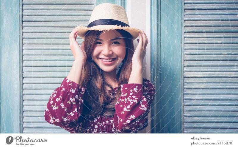 schöne junge asiatische Mädchen haben eine glückliche Zeit allein Getränk Lifestyle Freude Glück Gesicht ruhig Sommer Business Frau Erwachsene Park Straße