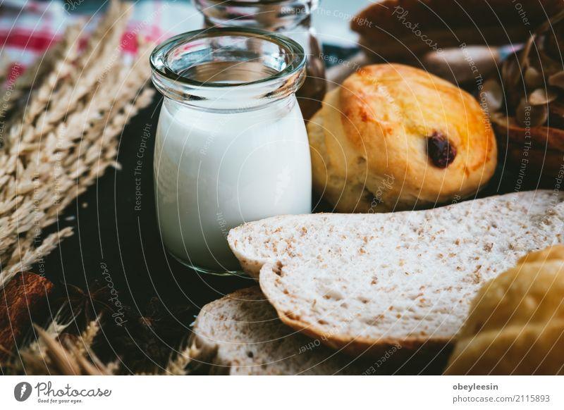 frisches Brot und Backwaren auf Holz weiß natürlich braun Aussicht Tisch Küche Kaffee Frühstück Tradition Abendessen Mahlzeit Top