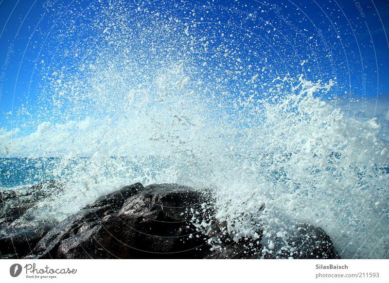 Splash Wasser Meer blau Kraft Küste Wellen glänzend nass Wassertropfen Felsen Brandung Riff Naturgewalt Wasserspritzer