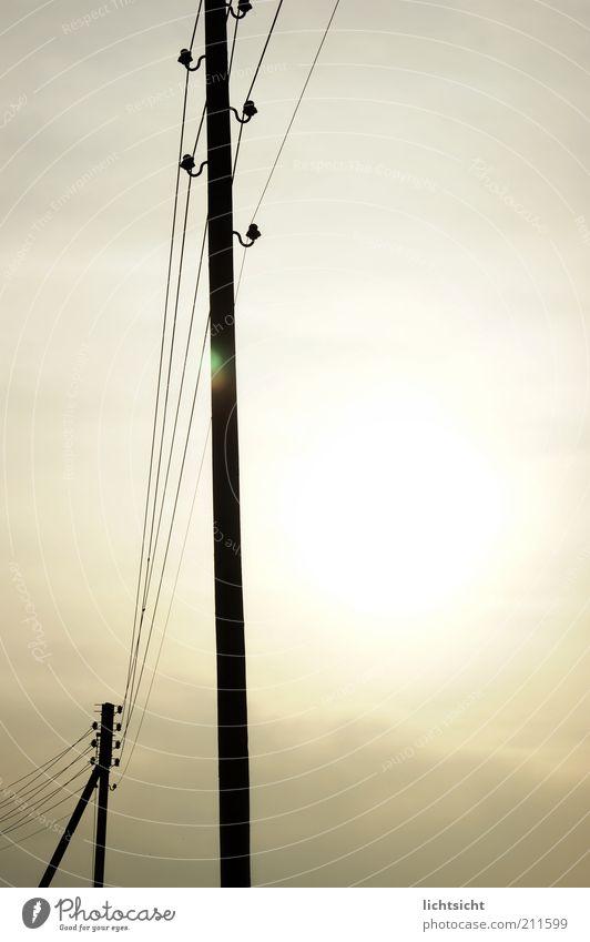 Freileitungsmast im Gegenlicht Telekommunikation Sonnenenergie Himmel Sonnenlicht Wetter Zukunft Telefonmast Oberleitung Leitung Strommast Elektrizität Farbfoto