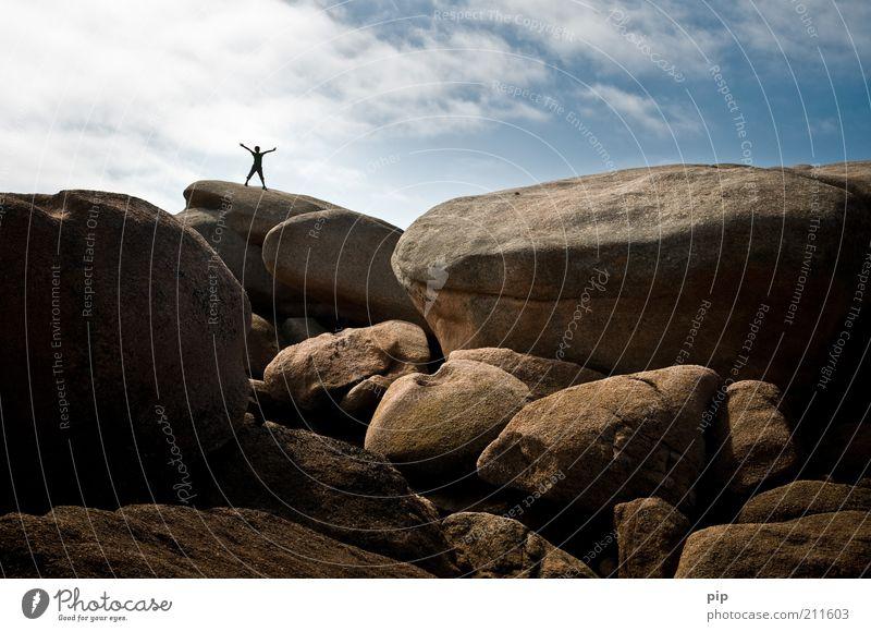 auf festem grund Arme Beine 1 Mensch Natur Felsen Berge u. Gebirge Stein Coolness frei blau braun Übermut Freiheit Freude Himmel Geröll ausgestreckt oben Gipfel