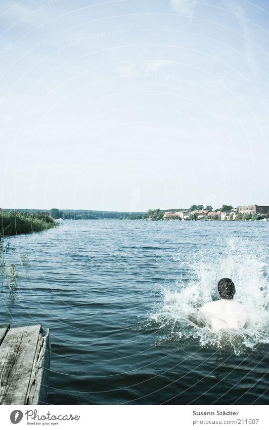 Arschbombe Mensch maskulin Mann Erwachsene Kopf Umwelt Natur Wasser Wassertropfen Sommer Wellen Seeufer springen arschbombe spritzen nass Steg