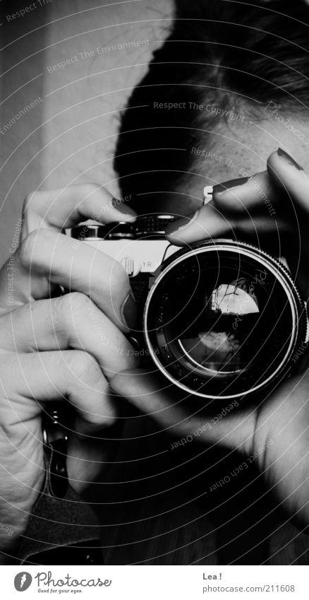 Bitte lächeln! Fotokamera Hand 1 Mensch beobachten Wachsamkeit Konzentration Kunst Schwarzweißfoto Innenaufnahme Tag Zentralperspektive Reflexion & Spiegelung