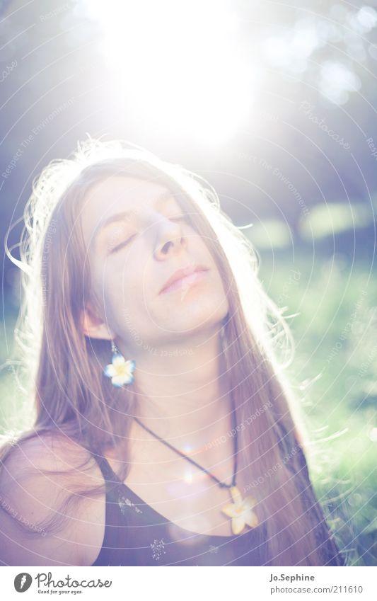in my garden Mensch Jugendliche Sommer Sonne ruhig Erholung Erwachsene Junge Frau feminin Glück 18-30 Jahre blond Zufriedenheit genießen Wellness Gelassenheit