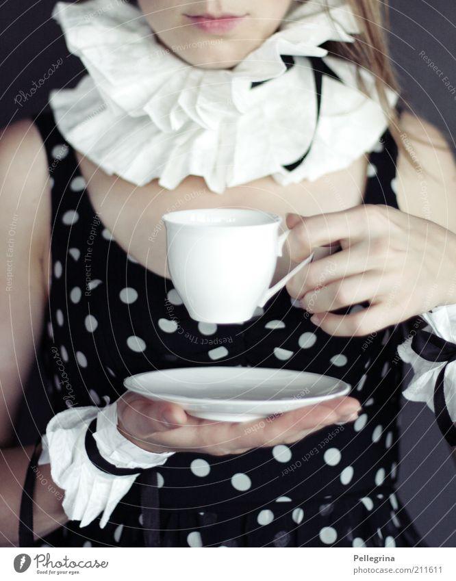 queen Mensch Jugendliche Hand Erwachsene feminin Mode Mund Finger ästhetisch 18-30 Jahre Kleid Lippen Karnevalskostüm gepunktet Kragen Kaffeetasse