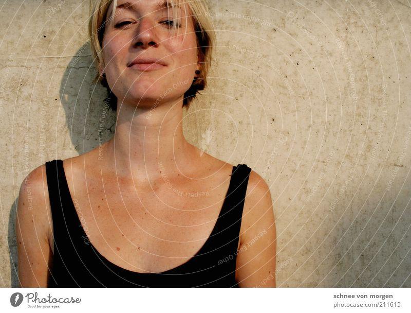 sommer auf der haut Frau Jugendliche schwarz Gesicht Erwachsene feminin Wand grau Haare & Frisuren Kopf blond glänzend Haut natürlich Junge Frau 18-30 Jahre