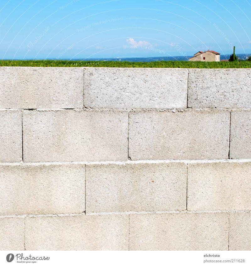 Auf der Mauer, auf der Lauer Landschaft Schönes Wetter Wand blau grau grün Ziegelbauweise Haus Größenunterschied Perspektive Ferne Farbfoto Menschenleer