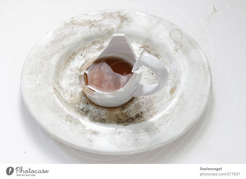 Kaffeepause zu Ende alt weiß außergewöhnlich Lebensmittel dreckig kaputt Getränk Kaffee Tropfen Geschirr Tasse Teller Schalen & Schüsseln Aggression Zerstörung Durst