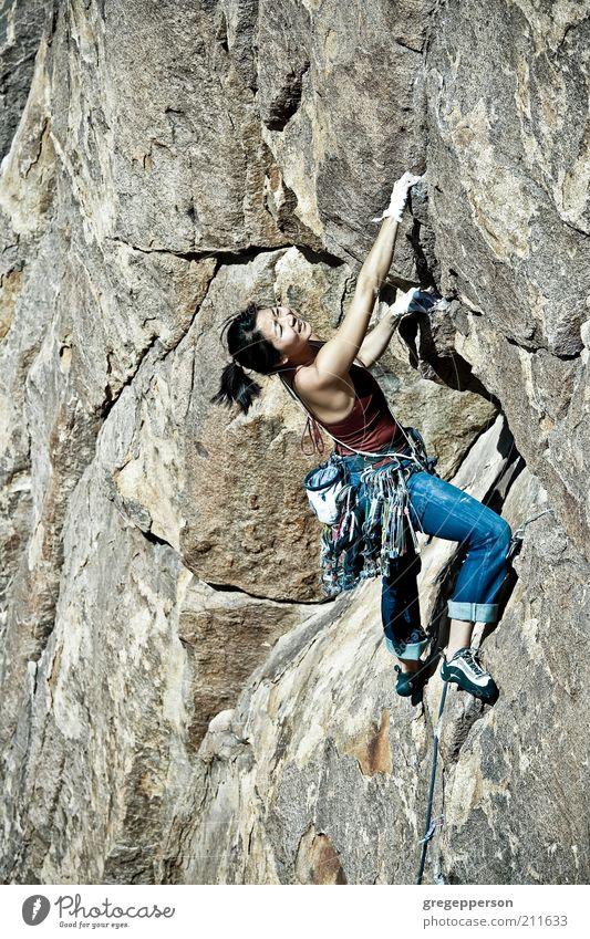 Mensch Jugendliche Erwachsene Leben feminin Sport Freiheit Kraft hoch Abenteuer gefährlich Seil 18-30 Jahre Junge Frau Klettern dünn