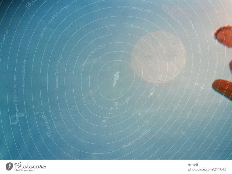 zäck 1 Mensch Wassertropfen Himmel Sommer springen leuchten blau analog Farbfoto Außenaufnahme Experiment Textfreiraum links Hintergrund neutral Tag Sonnenlicht