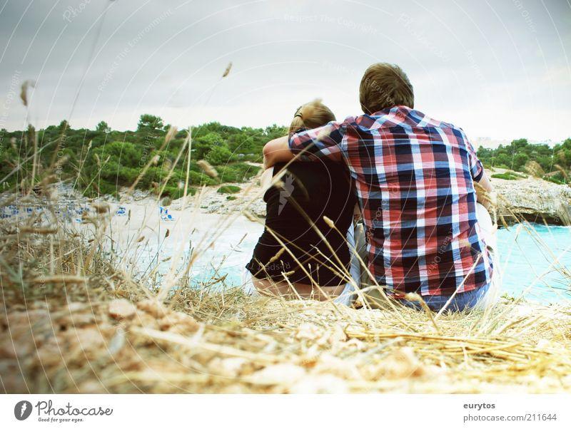 ... Mensch maskulin Paar Partner Erwachsene 2 Umwelt Landschaft Sommer Küste Bekleidung Hemd blond beobachten Kommunizieren sitzen frei Glück kuschlig Stimmung