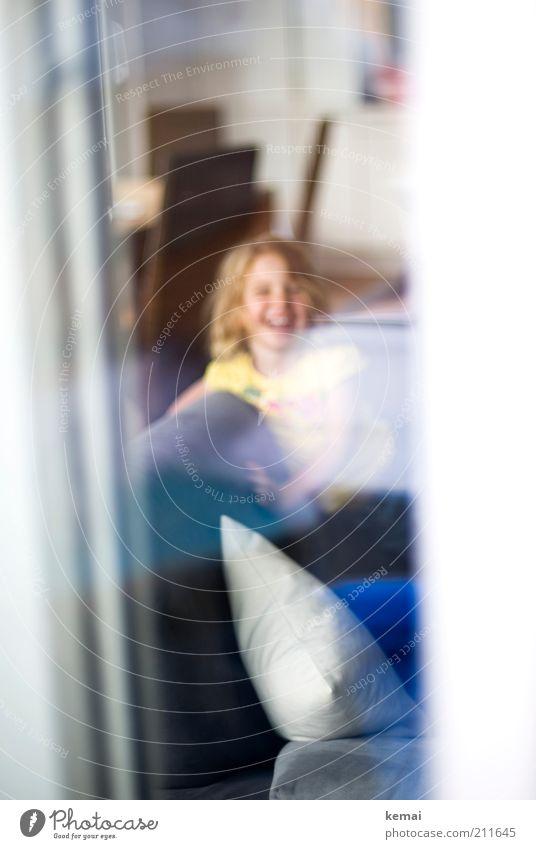 Freude Mensch Kind Mädchen Freude Fenster Kopf lachen Glück Kindheit Wohnung sitzen Fröhlichkeit Lifestyle Sofa Kleinkind Wohnzimmer
