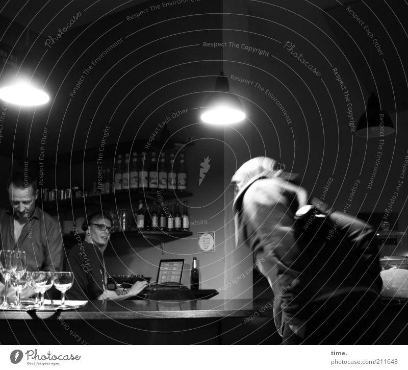 Rossi Grooves Mensch dunkel Wand Stimmung Lampe Arbeit & Erwerbstätigkeit Glas Raum Innenarchitektur Informationstechnologie Bar Restaurant Flasche Theke Kopfhörer Schwarzweißfoto