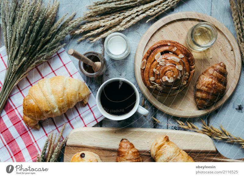 frisches Brot und Backwaren auf Holz Teigwaren Brötchen Croissant Frühstück Mittagessen Abendessen Diät Kaffee Tisch Küche natürlich braun weiß Tradition