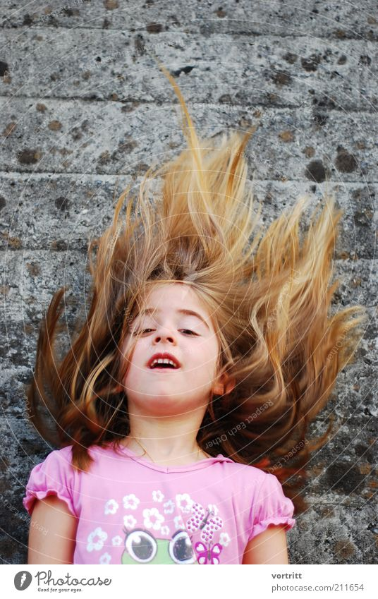 Feuer und Flamme II Mensch Kind Wand grau Bewegung Haare & Frisuren Mauer Kindheit blond rosa wild natürlich außergewöhnlich Fröhlichkeit trendy langhaarig