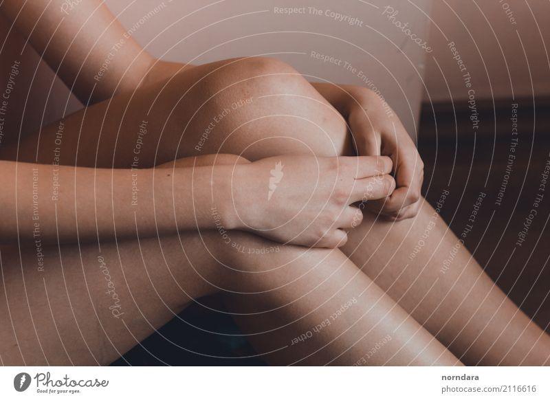 Knie schön Körper Haut Arme Hand Beine berühren Armut bedrohlich kalt nackt Erotik Akzeptanz Hoffnung demütig Traurigkeit Sorge Einsamkeit schuldig Scham Reue