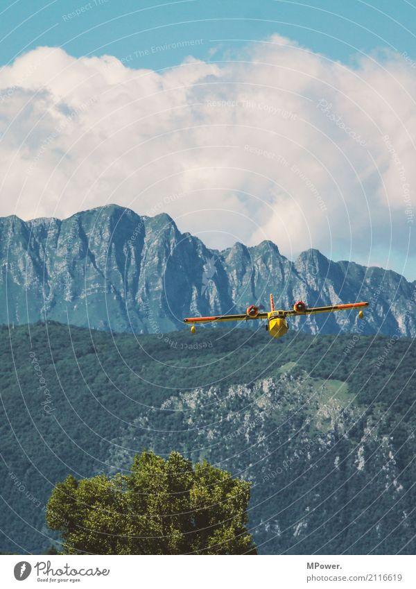 im tiefflug Umwelt Landschaft Schönes Wetter Baum Alpen Berge u. Gebirge Gipfel Verkehr Verkehrsmittel Luftverkehr Flugzeug Propellerflugzeug Wasserflugzeug