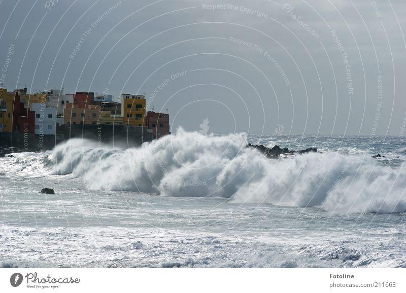 Naturgewalten Wasser Himmel Meer Stadt Haus Wolken Küste Wellen nass wild natürlich Dorf Urelemente Gischt unruhig gewaltig