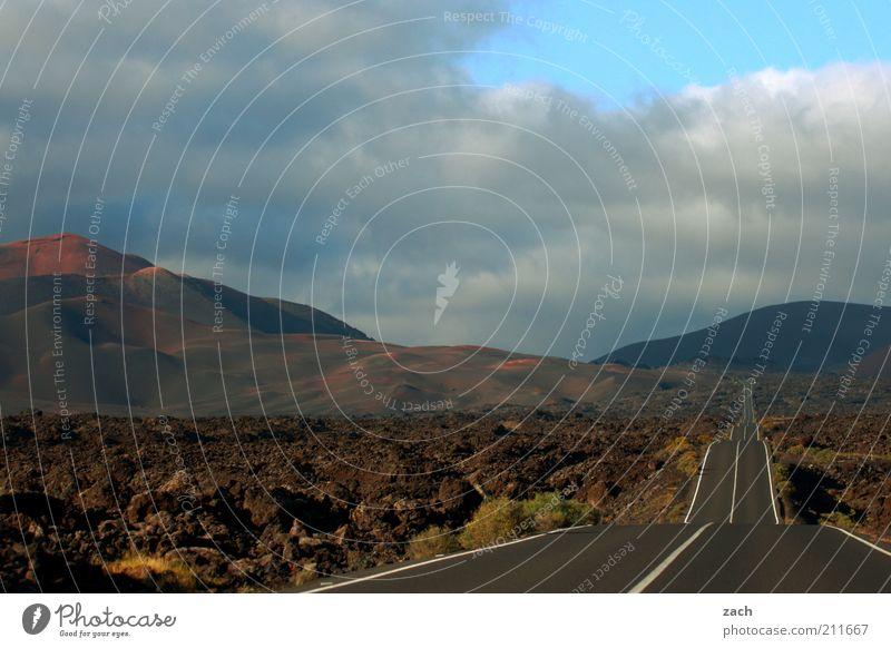 mitten durch Ferien & Urlaub & Reisen Ferne Straße dunkel Berge u. Gebirge Landschaft Ausflug Insel außergewöhnlich Hügel Fernweh Vulkan Sonnenuntergang Lava karg Endzeitstimmung