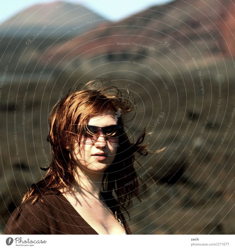 - Haare & Frisuren Berge u. Gebirge Mensch feminin Junge Frau Jugendliche Kopf 1 18-30 Jahre Erwachsene Landschaft Vulkan Nationalpark Timanfaya Insel Lanzarote