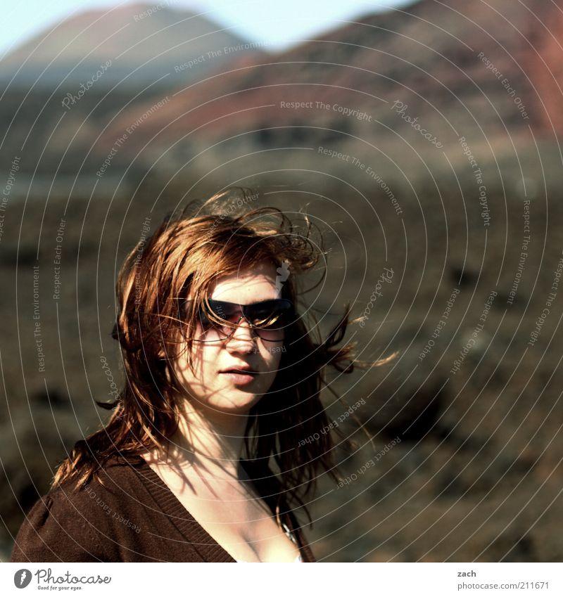 - Mensch Jugendliche schön feminin Berge u. Gebirge Haare & Frisuren Kopf Landschaft Zufriedenheit braun Erwachsene Insel brünett Sonnenbrille Frau