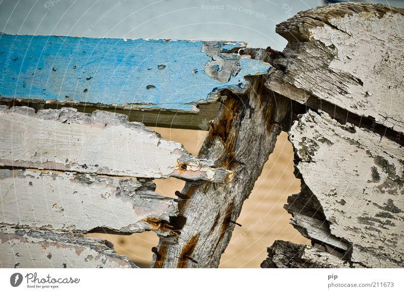 leck im heck Schifffahrt Fischerboot Ruderboot Loch Nagel Lack Holz alt kaputt trashig blau weiß bizarr Verfall Vergänglichkeit Zeit Zerstörung Holzbrett