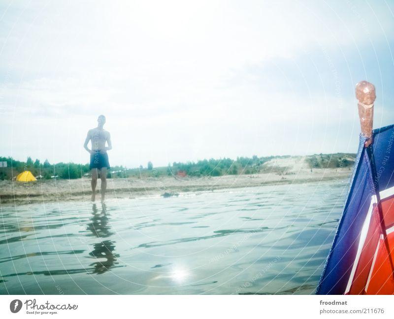 sonnenschirm Mensch Mann Natur Jugendliche Wasser Himmel Sonne Sommer Strand Ferien & Urlaub & Reisen träumen Sand Küste Erwachsene maskulin