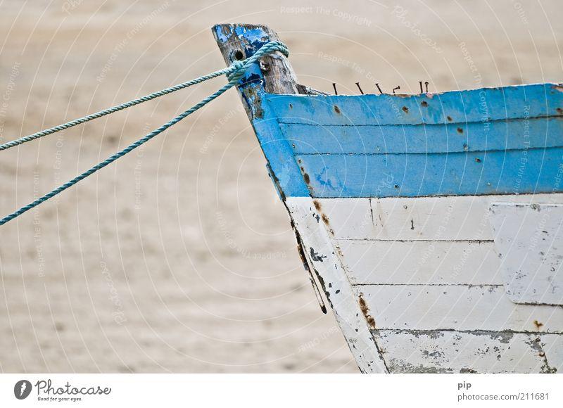 kahn nicht mehr alt weiß Meer blau Strand Holz Sand Wasserfahrzeug Seil kaputt Wandel & Veränderung verfallen Verfall Rost Tau Schifffahrt