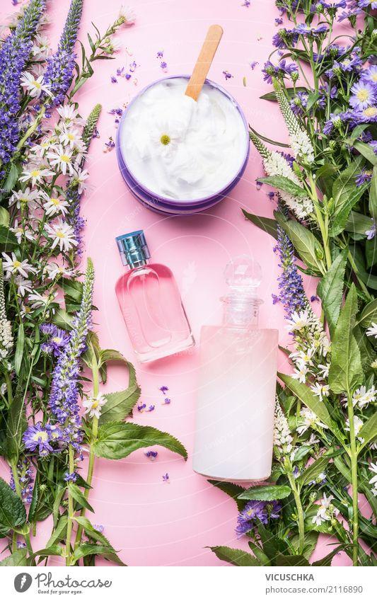 Natur Kosmetik Flaschen mit frischen Kräuter Pflanze schön Blume Gesundheit Stil rosa Design elegant Beautyfotografie Körperpflege Duft Massage Creme