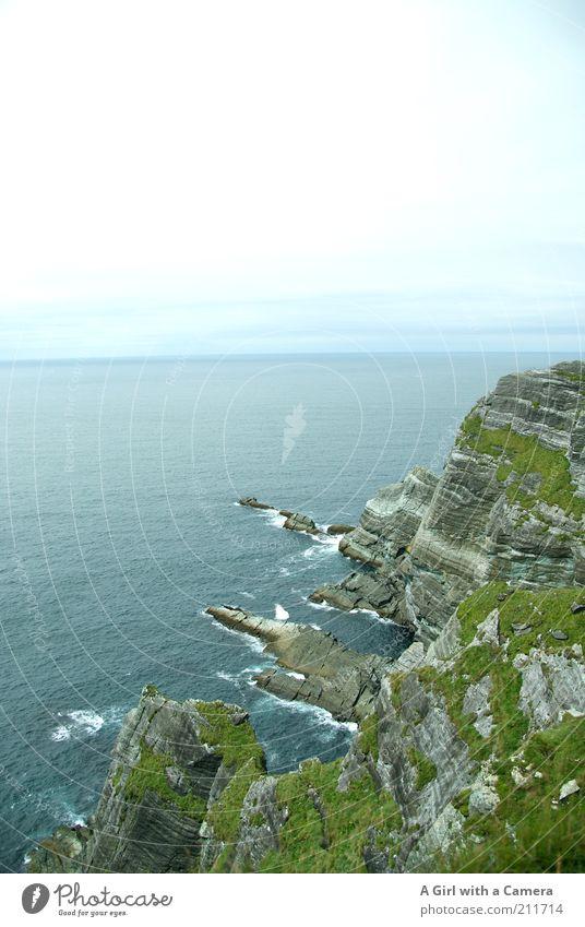 Eine Insel so schön Natur schön grün blau Pflanze Sommer Wolken Gras Stein Landschaft Kraft Küste Wellen Umwelt Horizont Felsen