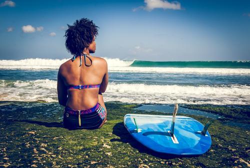 Surfermädchen auf grünem Korallenriff Junge Frau Jugendliche 1 Mensch 18-30 Jahre Erwachsene Ferien & Urlaub & Reisen Konkurrenz Kraft Pause Surfbrett sitzen