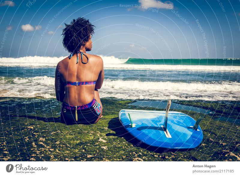 Surfermädchen auf grünem Korallenriff Mensch Ferien & Urlaub & Reisen Jugendliche blau Junge Frau Meer 18-30 Jahre Erwachsene Horizont Wellen Kraft sitzen Insel