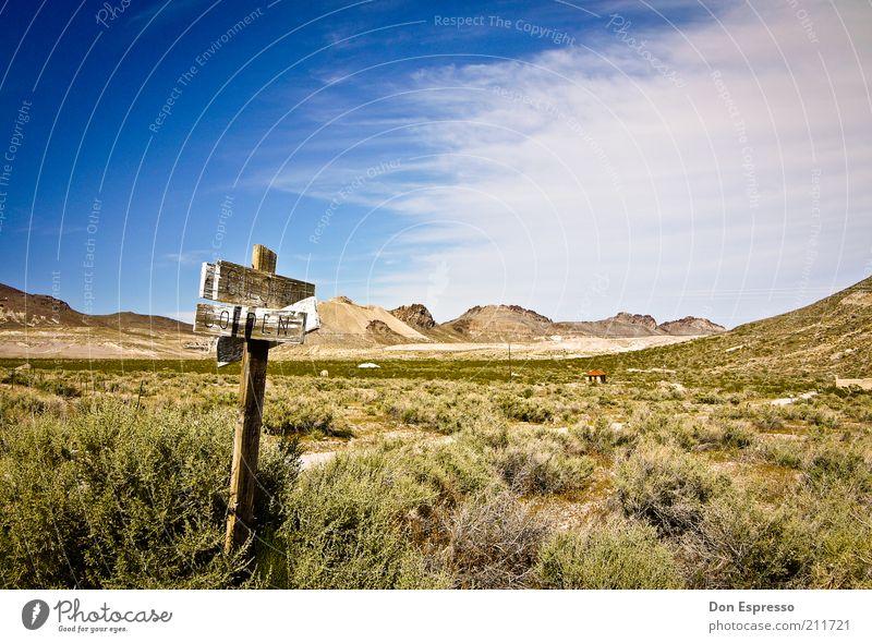 Go West! alt Ferien & Urlaub & Reisen Einsamkeit Ferne Freiheit Berge u. Gebirge Wege & Pfade Wärme hell Schilder & Markierungen trist wild Wüste Ziel