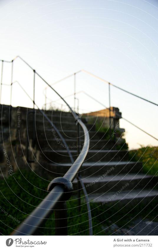 von oben weht der Wind alt Himmel schwarz Stein Metall hoch Treppe Vergänglichkeit Hügel entdecken Vergangenheit historisch Ruine Schönes Wetter Geländer