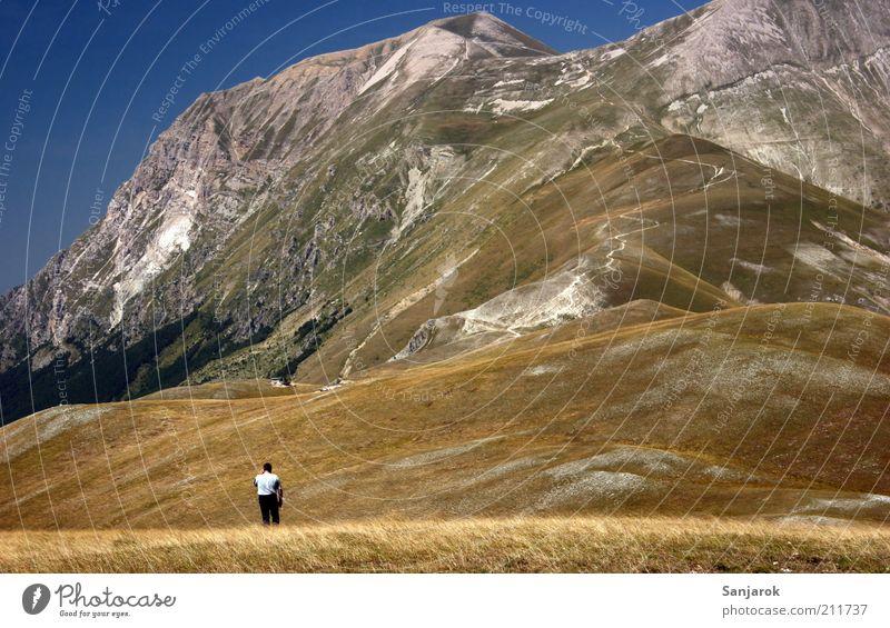 el3mentar Mensch Natur Ferien & Urlaub & Reisen ruhig Einsamkeit Ferne Erholung Landschaft Berge u. Gebirge Gras Zufriedenheit Felsen hoch wandern maskulin frei