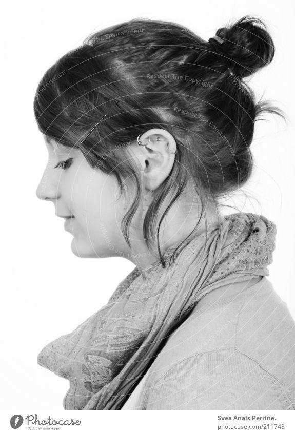 seitlich. Lifestyle elegant Stil feminin Junge Frau Jugendliche Haare & Frisuren Gesicht Ohr Mund Lippen 1 Mensch 18-30 Jahre Erwachsene Accessoire Schal