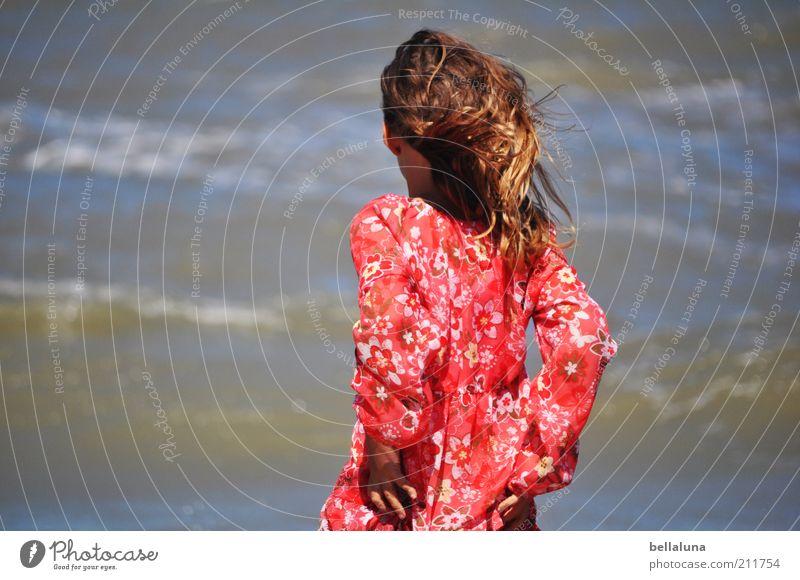 Rauhe See. Mensch Wasser Ferien & Urlaub & Reisen Sommer Meer Freude Einsamkeit ruhig Erholung feminin Haare & Frisuren Kindheit Wind Wellen Rücken Arme