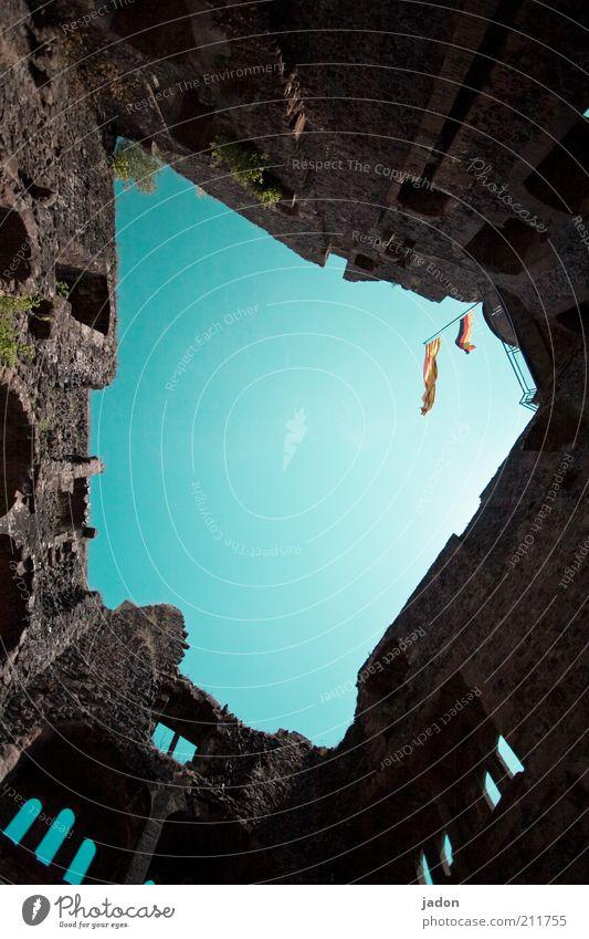 nach oben offen. schön alt Himmel Haus Wand Mauer Fahne verfallen Verfall historisch Ruine aufwärts vertikal Blauer Himmel Symbole & Metaphern