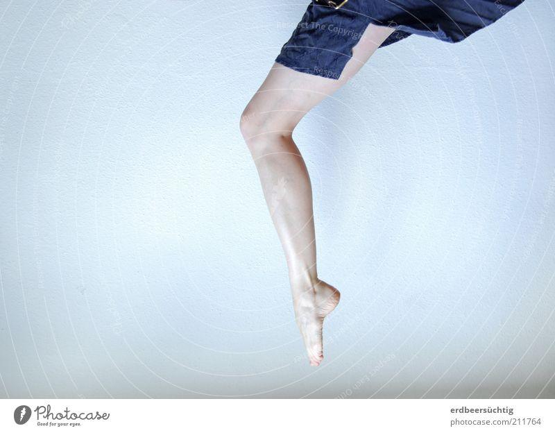sprunghaft blau kalt feminin springen Freiheit Fuß Beine hell Tanzen Haut elegant fliegen frei ästhetisch violett