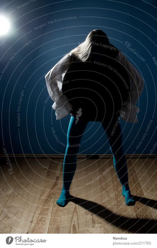 Hunger. Mensch blau feminin Raum Kreis trashig Hemd Bauch Loch Strumpfhose seltsam langhaarig Holzfußboden Strümpfe Experiment