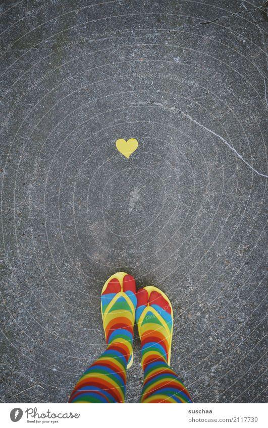 herz und füße Beine Fuß Schuhe Strümpfe gestreift verrückt schräg seltsam Pippi Langstrumpf mehrfarbig gelb rot zyan Flipflops Außenaufnahme Straße Asphalt