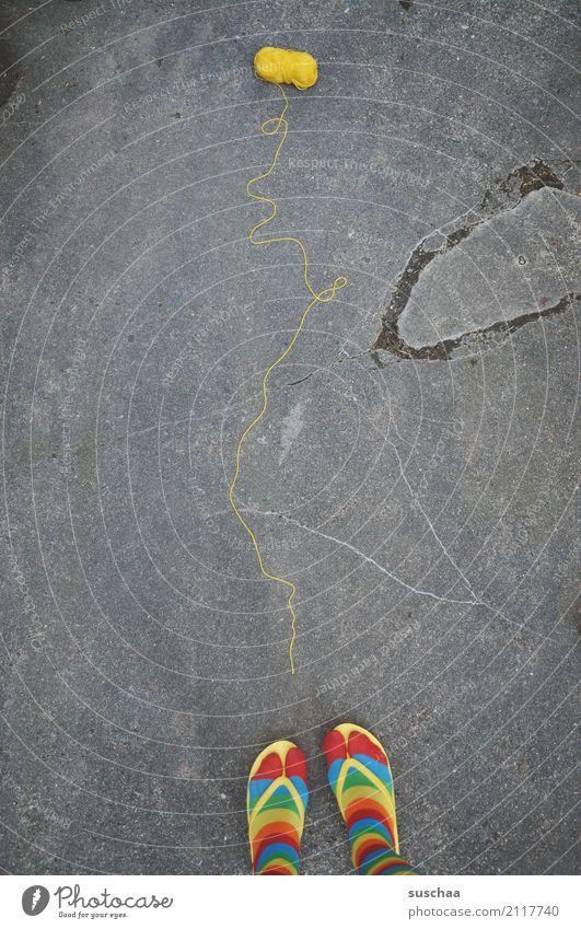 folgen sie dem gelben faden .. rot Straße Beine Fuß Schuhe stehen verrückt Schnur Asphalt Strümpfe Nähgarn seltsam gestreift Wolle Wegweiser