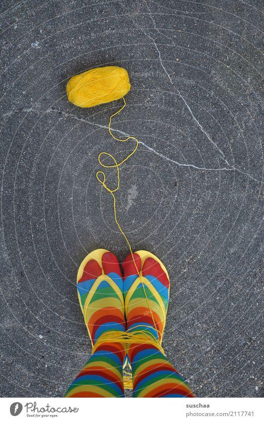 verwicklungen Straße gelb Beine Fuß Schuhe stehen verrückt Asphalt Strümpfe seltsam gestreift Wolle Handarbeit stricken Flipflops fesseln