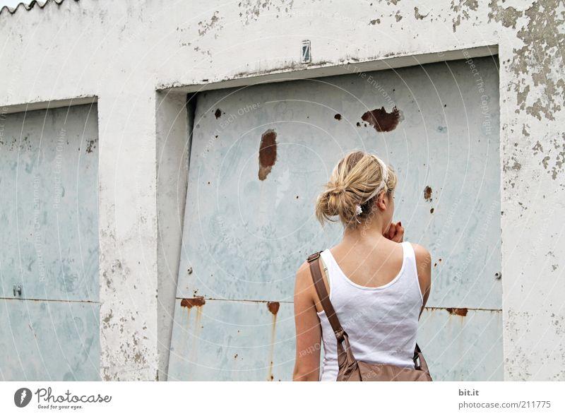 Bonjour Alsace Mensch feminin Junge Frau Jugendliche Hütte Bauwerk Mauer Wand Fassade Accessoire blond Beton Blick stehen Garage Garagentor Tasche Handtasche