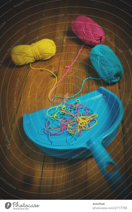 aufräumen Reinigen Haushalt dreckig Schaufel Holzfußboden Kehren Wolle Wollfaden Wollknäuel Handarbeit durcheinander mehrfarbig blau seltsam lustig