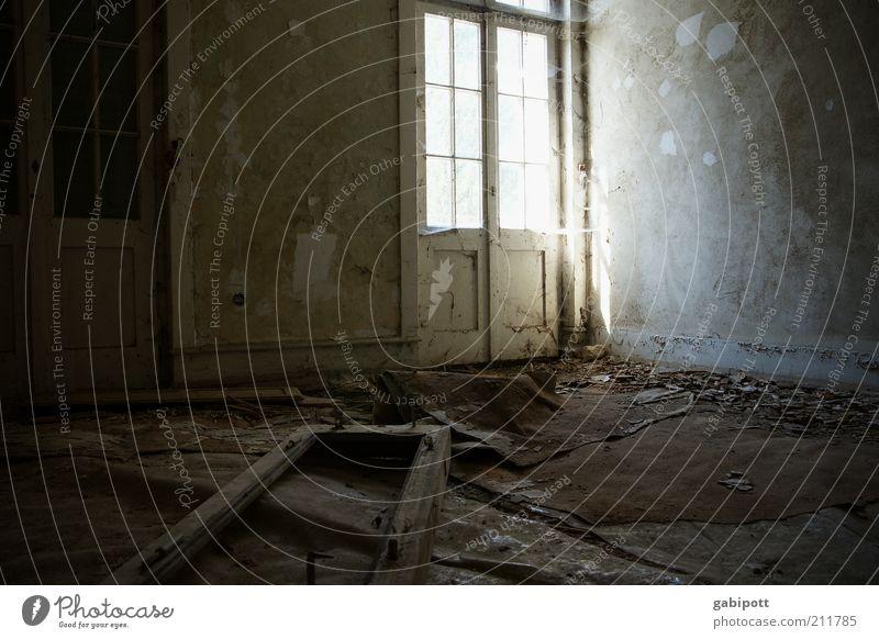 Geheimnisse alt Einsamkeit Fenster Wand Holz Gebäude Mauer Tür leer kaputt Wandel & Veränderung Vergänglichkeit Bauwerk verfallen geheimnisvoll Vergangenheit