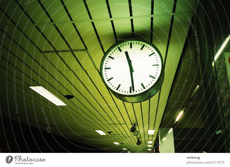 grün Ferien & Urlaub & Reisen Einsamkeit Uhr Verkehr bedrohlich Kreativität geheimnisvoll U-Bahn Bahnhof Sightseeing Nacht Bahnsteig Überwachung Nachtleben