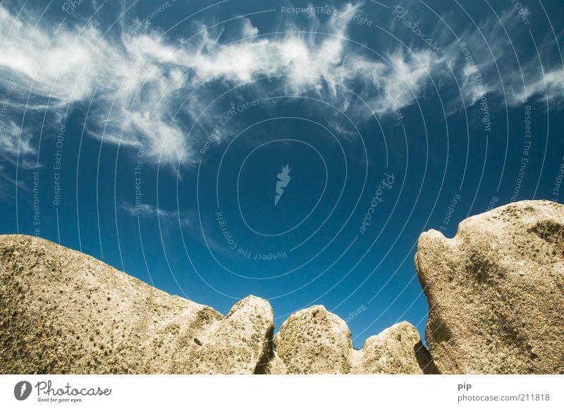 wolken kratzer Umwelt Natur Luft Wolken Schönes Wetter Wind Felsen Berge u. Gebirge Gipfel Stein hoch blau bizarr Klima Ferne Unendlichkeit Cirrus Granit