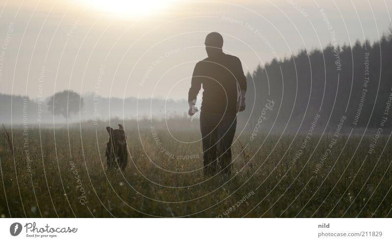 Team Mensch Mann Natur Freude Tier Erwachsene Ferne Wiese Hund Umwelt Sport Spielen Landschaft Freundschaft Gesundheit Zusammensein
